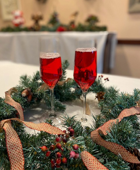 Two wine glasses in a wreath